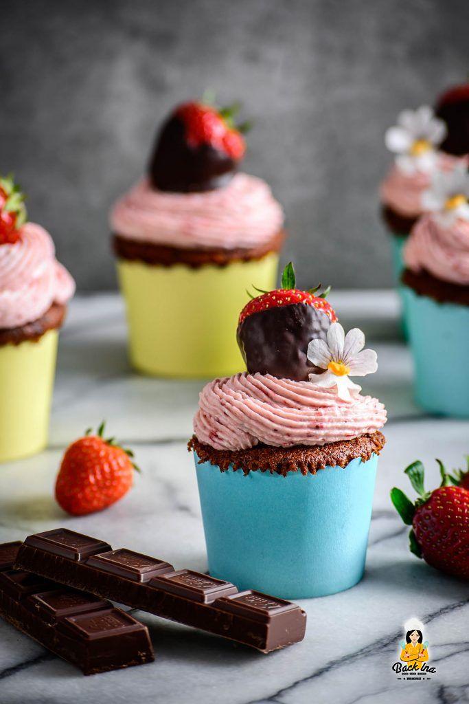 Schoko Erdbeer Cupcakes - saftiges Rezept ohne Lebensmittelfarbe, nur mit echten Erdbeeren