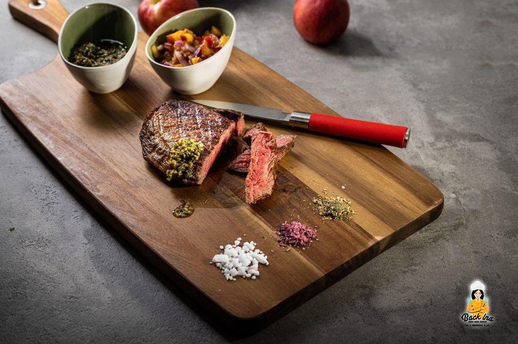 Steak vom Roastbeef medium gegart mit Chimichurri