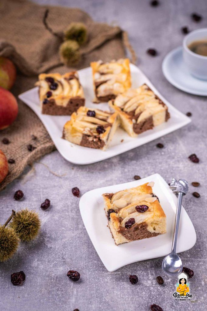 Apfel-Blechkuchen mit Marmormuster und Espresso