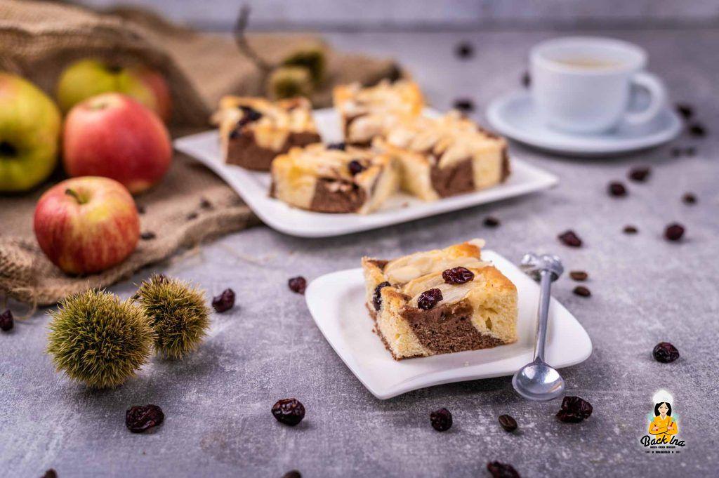 Marmorkuchen mit Äpfeln und Kaffee