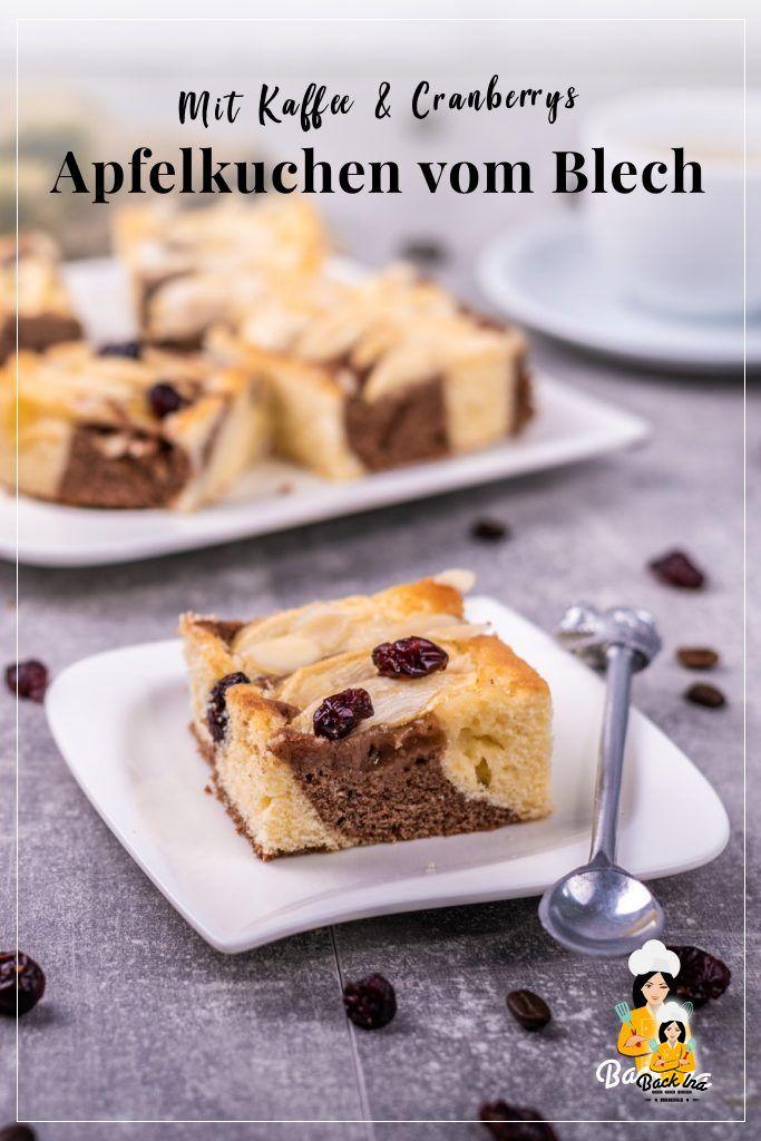 Saftiger Apfelkuchen vom Blech mit leichter Kaffeenote und Marmorkuchen-Teig: Probiere diesen herbstlichen Blechkuchen! | BackIna.de